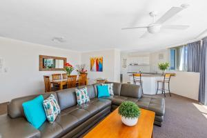 A seating area at Rainbow Commodore Apartments