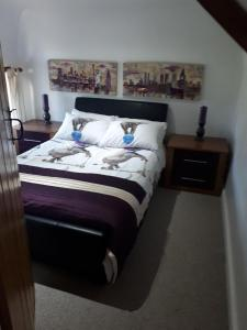 A bed or beds in a room at Castlebrook Country House, Castlebrook