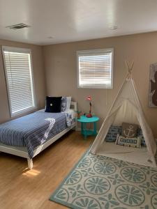 A bed or beds in a room at Charming pet friendly home minutes from Pensacola Beach