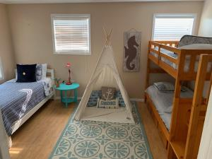A bunk bed or bunk beds in a room at Charming pet friendly home minutes from Pensacola Beach
