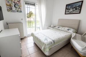 A bed or beds in a room at Anthos Apartments