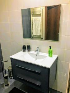 A bathroom at Private Modern Home, Fully Equipped 7kms to Centre