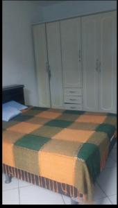Een bed of bedden in een kamer bij Apartamento Cabo Frio