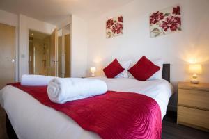 Кровать или кровати в номере Flexi-Lets@Woking Town Centre