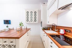 Kuchyňa alebo kuchynka v ubytovaní HappyGuests Apartments