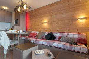 A seating area at Skissim Select - Résidence Atria-Crozats 4* by Travelski