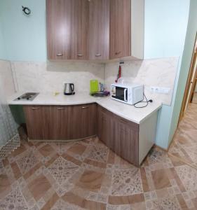 Кухня или мини-кухня в Уютные апартаменты