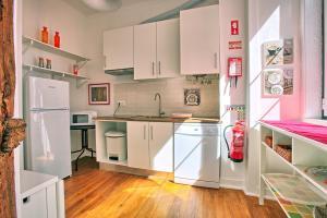 Una cocina o zona de cocina en Localtraveling ALFAMA River View - Family Apartments