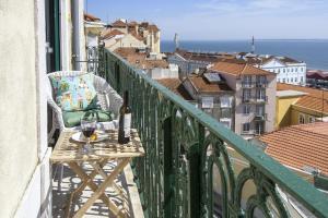 Un balcón o terraza de Localtraveling ALFAMA River View - Family Apartments