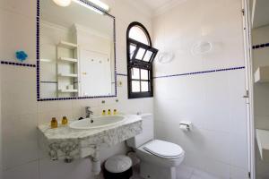 A bathroom at Fuerte Holiday Duplex & Apartments