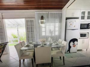 Un restaurante o sitio para comer en Casa Bela Morada com Playground