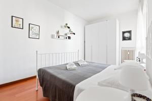 A bed or beds in a room at Barona Garden Apartment
