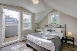 A bed or beds in a room at Morden 2 Bedrooms Private Suite