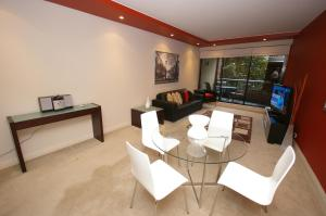 A seating area at Pyrmont Point Modern Apartments