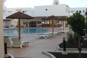 สระว่ายน้ำที่อยู่ใกล้ ๆ หรือใน Apartamentos Lanzarote Paradise
