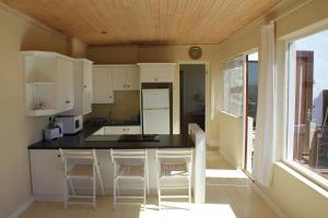 A kitchen or kitchenette at Bungalow Apartments