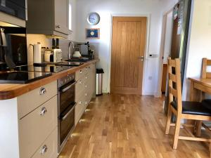 A kitchen or kitchenette at Bluebell Cottage with Hot Tub