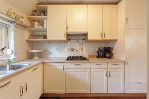 A kitchen or kitchenette at Vakantiehuis Villa 63