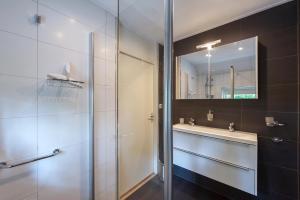 A bathroom at Vakantiehuis Villa 63