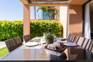 A restaurant or other place to eat at VILLA LAGOS - GRAN CANARIA STAYS