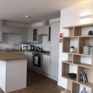 A kitchen or kitchenette at Tidemill House 5b Apartment