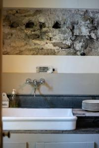 A bathroom at Maison XIXe et Jardin en Intramuros