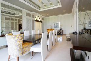 A restaurant or other place to eat at Orange Lake Villa- Jumairah golf estate