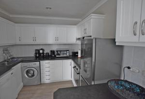 A kitchen or kitchenette at Apartment Dolphin House