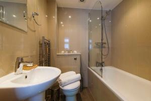 A bathroom at The Fulham Mirabel Gem