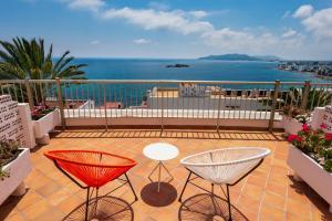 A balcony or terrace at Hotel Cenit & Apts. Sol y Viento