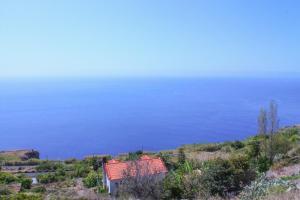 Uma vista do mar geral ou uma vista do mar a partir do apartamento