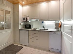 A kitchen or kitchenette at Holiday Home Yllästar 1 as 209 (la-la)