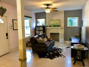 A seating area at Arts and crafts home built in 1914, 3 bedrooms, 2 miles to Downtown!