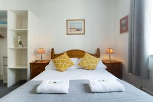 A bed or beds in a room at INN it Rooms Kemptown