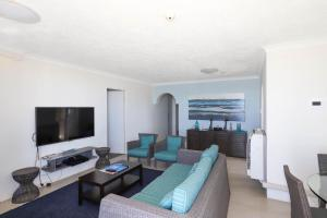 A seating area at Beachside Tower Apartments