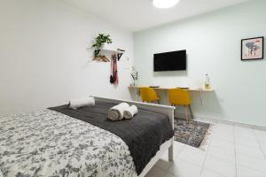 A bed or beds in a room at Julies City Center Studio