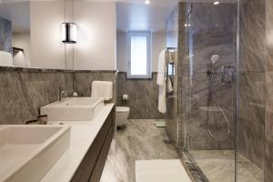 A bathroom at Cheval Gloucester Park at Kensington