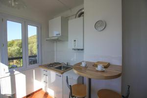 A kitchen or kitchenette at Appartement vue mer