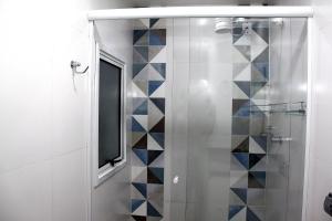 A bathroom at UM QUARTO, no centro em frente a UFRGS