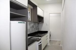 A kitchen or kitchenette at UM QUARTO, no centro em frente a UFRGS