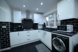 A kitchen or kitchenette at 4 Bedroom - 0.5 Miles For Coventry Train Station