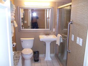 A bathroom at Pinestead Reef Resort