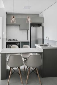 A kitchen or kitchenette at Apartamento Decorado e com Piscina
