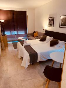 Un pat sau paturi într-o cameră la Stylish City Apartamentos