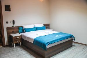 سرير أو أسرّة في غرفة في Ravza Apart Hotel