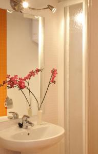 A bathroom at MH Apartments Liceo