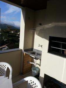 """Una cocina o zona de cocina en Apartamento Canasvieiras - Predio residencial """"Porto di Mare"""""""