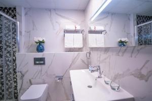 A bathroom at A C Pearl Holiday - Stunning Marina and Sea Views Apartment