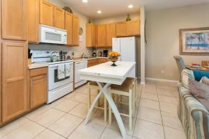 A kitchen or kitchenette at Coral Cay Resort 4BD Townhouse near Walt Disney World