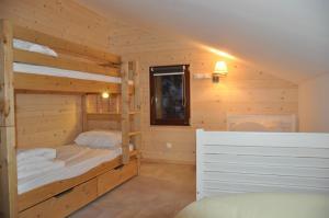 Μία ή περισσότερες κουκέτες σε δωμάτιο στο Chalet L'Establou